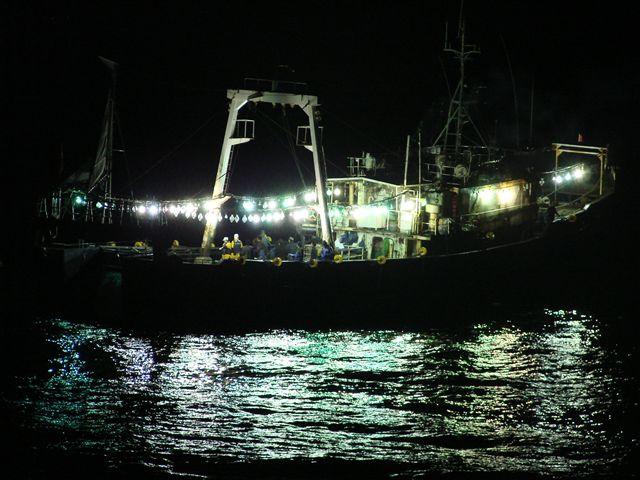 中国イカ釣り漁船を立入検査